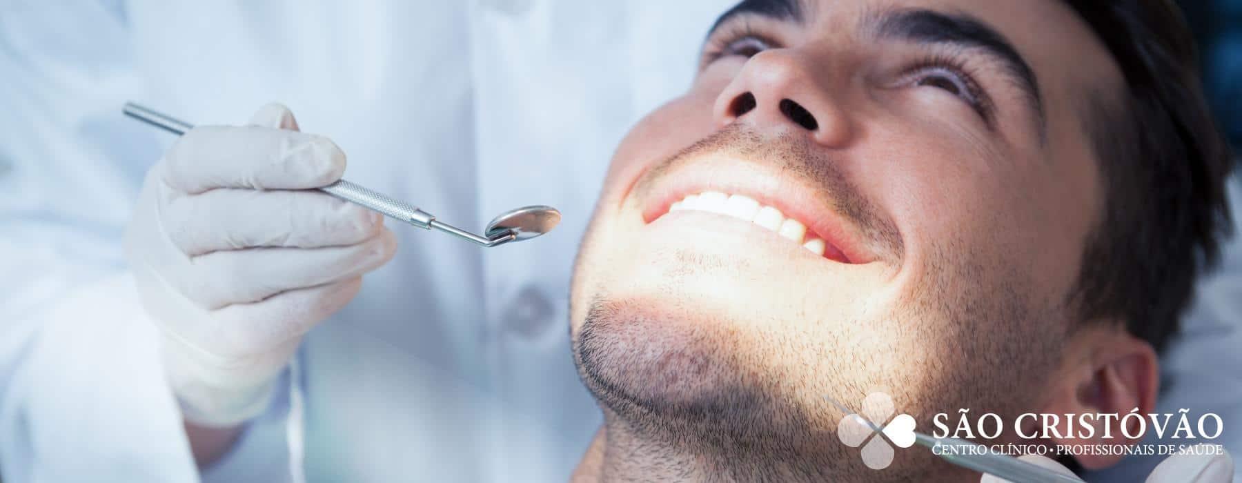 A Cirurgia Oral é responsável por todas as cirurgias de extrações dentárias, incluindo a extração do dente do siso.